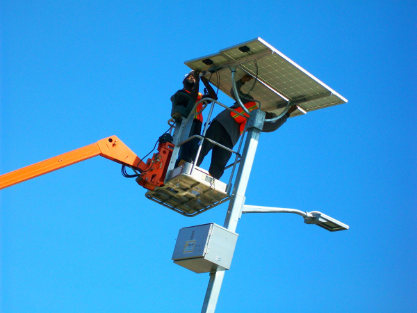 Installing a solar powered streetlight