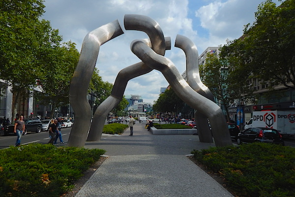 """Berlin"" sculpture, symbol of separation and reunification, in Charlottenburg"