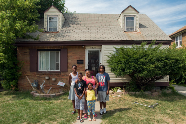 Shakiya Robertson with her kids, from left to right, Kye'Ren, Kyi'Lei, Davion, and Ky'Shaun in front of their home